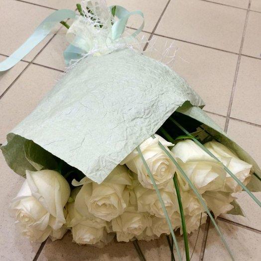15 белых роз в крафте: букеты цветов на заказ Flowwow