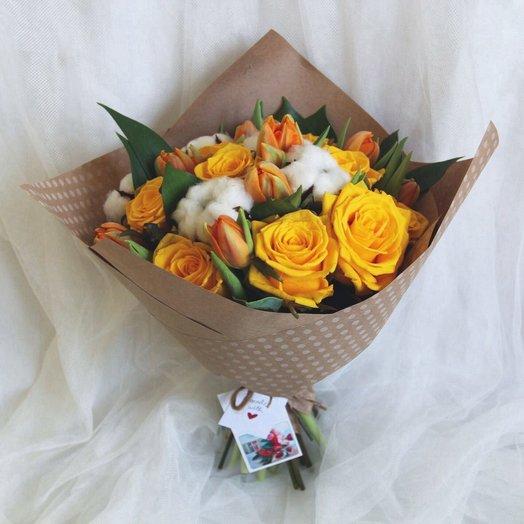 Букет из тюльпанов кустовых роз и хлопка: букеты цветов на заказ Flowwow