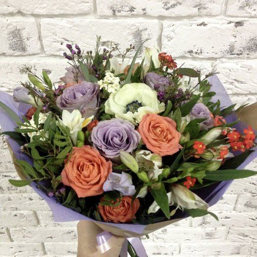Букет с розами и лизиантумом