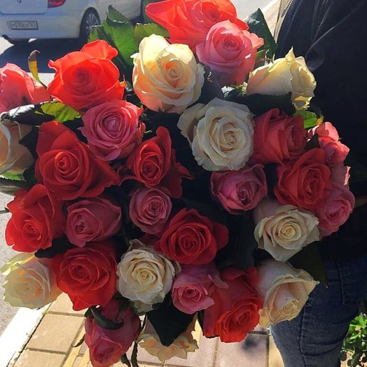 Разноцветный микс из роз: букеты цветов на заказ Flowwow