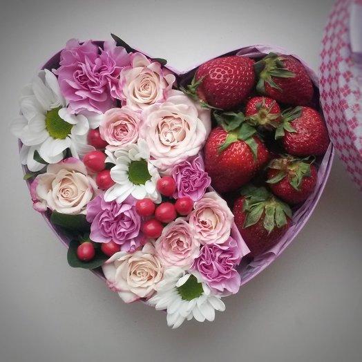 Коробочка с цветами и клубникой: букеты цветов на заказ Flowwow