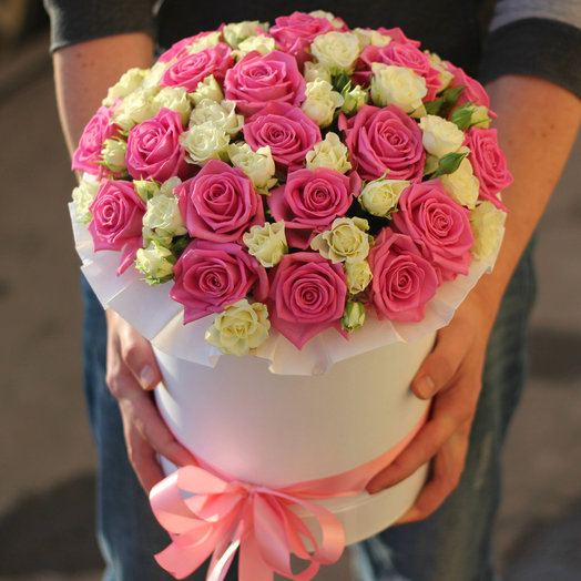 Розовые и белые розы в шляпной коробке: букеты цветов на заказ Flowwow
