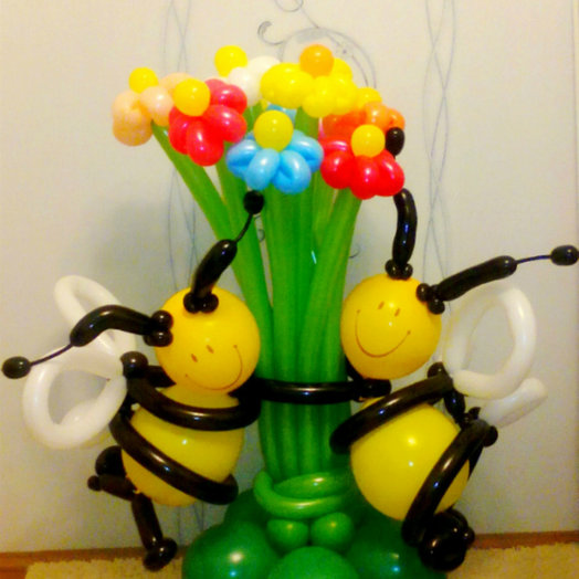 Композиция из ромашек с двумя пчёлками