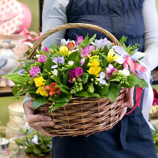 """Корзина цветов """"Разноцветные фрезии в корзинке"""""""