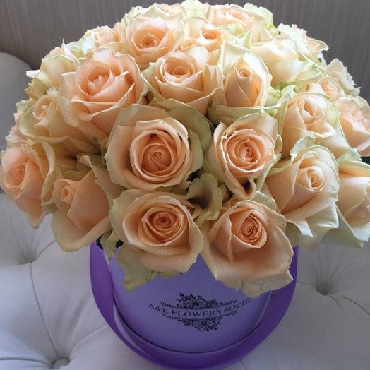 Коробка с кремовыми розами: букеты цветов на заказ Flowwow
