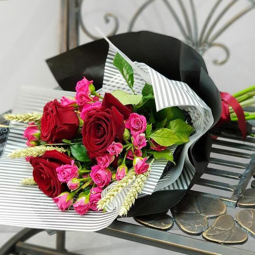 Букет из красных роз, кустовых роз и пшеницы: букеты цветов на заказ Flowwow