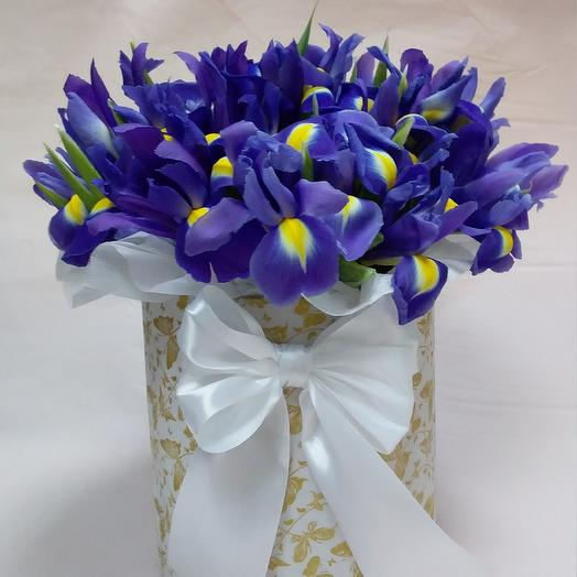 Коробка с ирисами: букеты цветов на заказ Flowwow