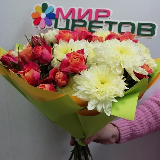 Сборный букет из хризантем и кустовых роз