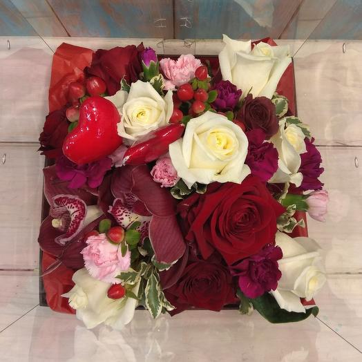 Яркая коробка с крышкой их роз и орхидей: букеты цветов на заказ Flowwow