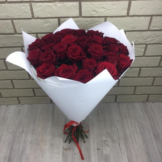 29 красных роз в белой упаковке: букеты цветов на заказ Flowwow