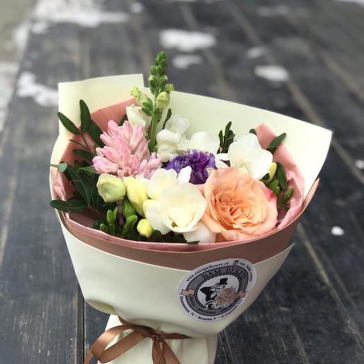 Прекрасный мини-букетик из фрезий и розы: букеты цветов на заказ Flowwow