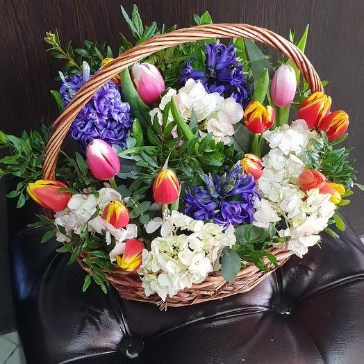 Весенняя корзина цветов