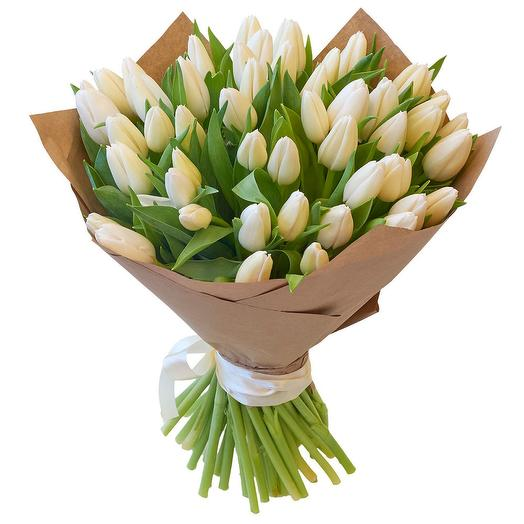 Букет из 35 белых тюльпанов в крафте: букеты цветов на заказ Flowwow