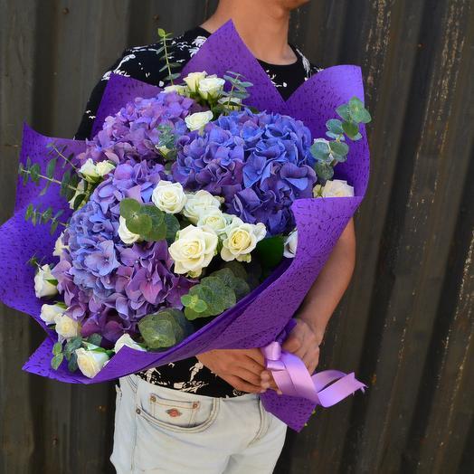 Гортензии в окружении белых роз: букеты цветов на заказ Flowwow