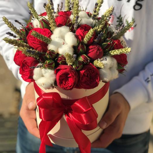Коробки с цветами. Пионовидная роза Ред Пиано и микс сухоцветов. N612