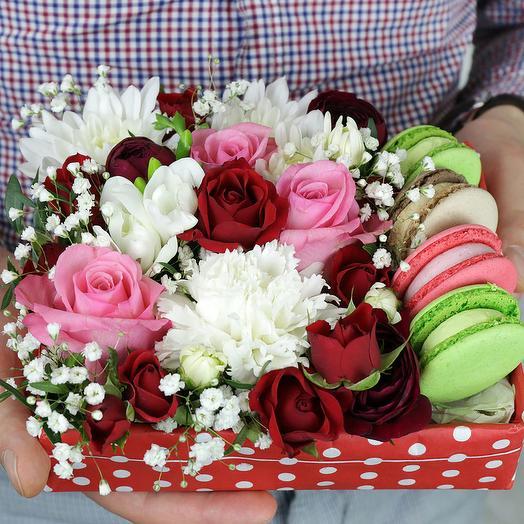 Коробка с макарунами. Розы, гвоздика и хризантема