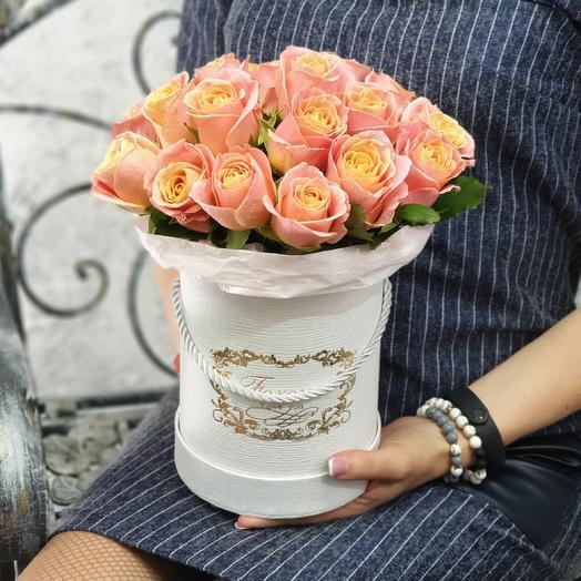 Шляпная коробка из коралловых роз с тишью Влюбленность