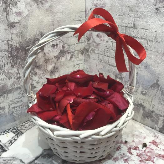 Корзиночка с лепестками роз: букеты цветов на заказ Flowwow