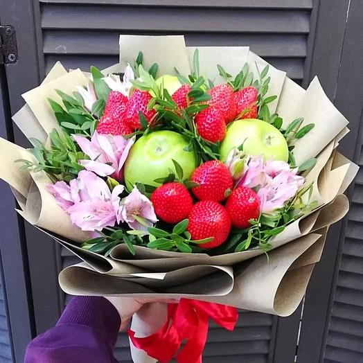 Клубничный букет с яблоками и цветами