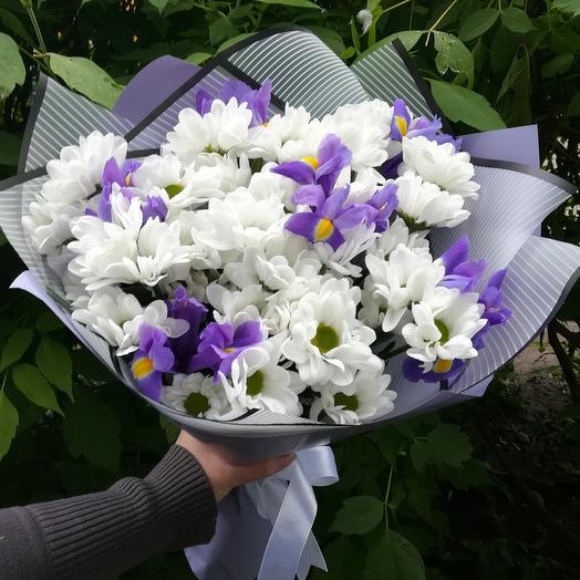 Букет из кустовой хризантемы и ирисов: букеты цветов на заказ Flowwow