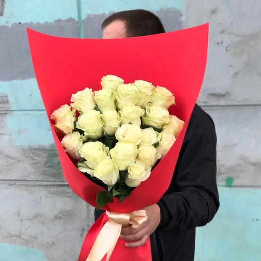 21 белая роза в объемной упаковке
