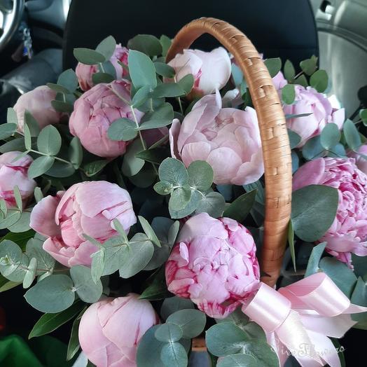 Корзина из 15 розовых пионов