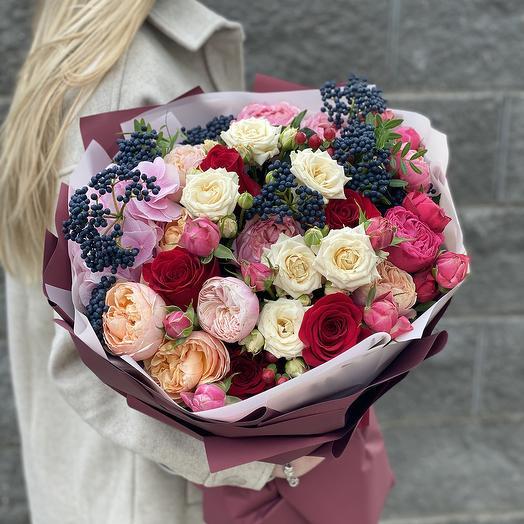 Букет из кустовой пионовидной и одноголовой розы, гортензии и вибурнума Кармен