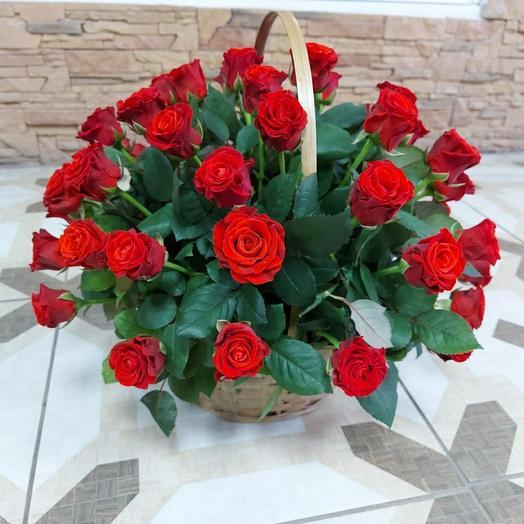 Корзина алых роз