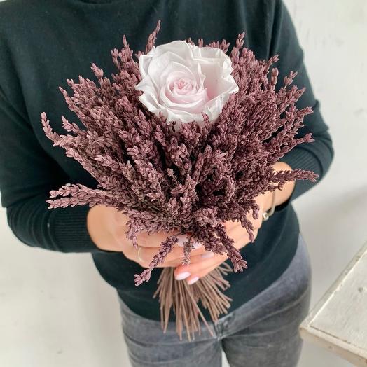 Лаванда стабилизированная с розой в букете