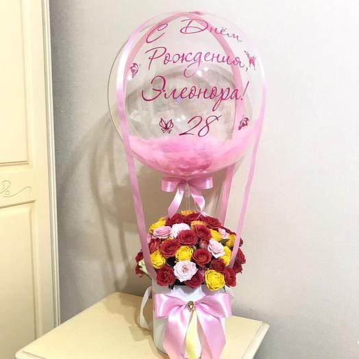 Букет из роз в коробке с воздушным шаром