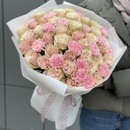 Bouquet of Letual roses and dianthus