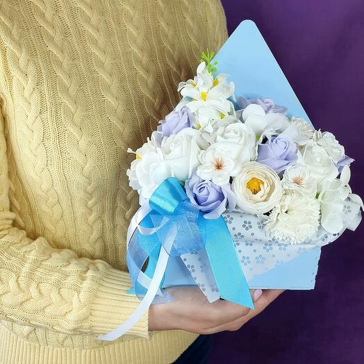 Голубой конверт из мыльных цветов