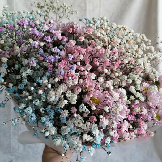 Букет-облако из радужной гипсофилы и хризантемы Сантини