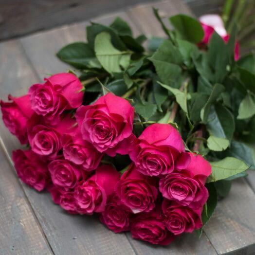 15 малиновых роз