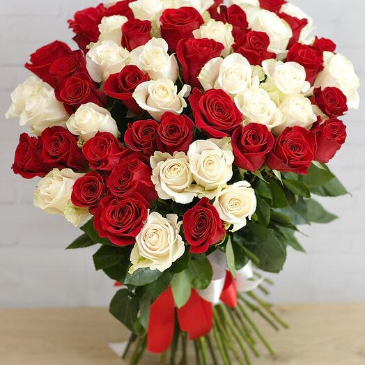 Букет из 51 бело-красной розы