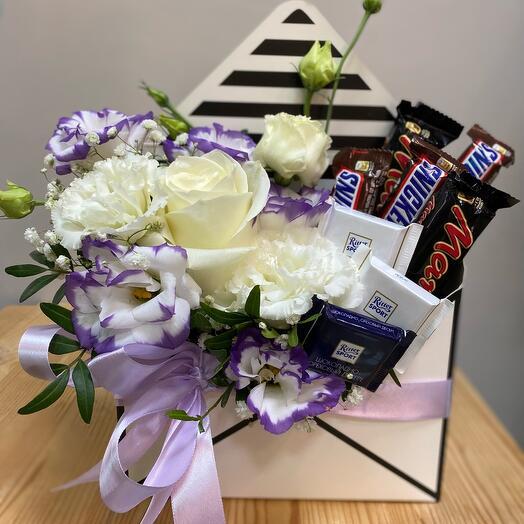 Конверт с цветами и шоколадом