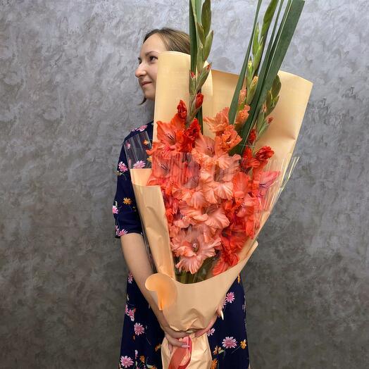 Букет лососевых гладиолусов
