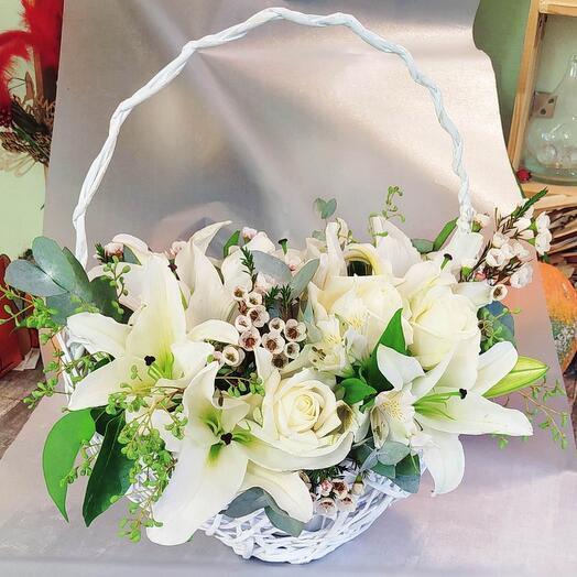 Белоснежная корзина-лодочка с розами и лилиями