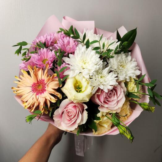 Нежный с розовыми розами, герберой и эустомой