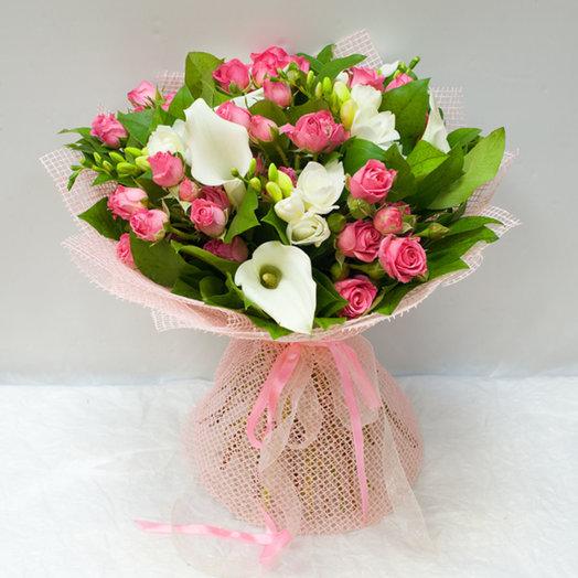 Букет из калл и кустовых роз: букеты цветов на заказ Flowwow