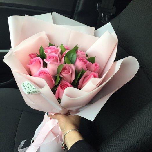 17 розовых роз с зеленью в розовом крафте: букеты цветов на заказ Flowwow