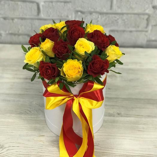 Коробки с цветами. Розы , бордовые , желтые 19 шт. N257: букеты цветов на заказ Flowwow