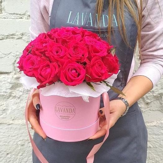 "Шляпная коробка М с малиновыми розами ""Розовое сердце"""