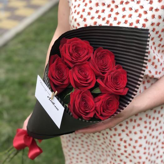7 красных роз в чёрном крафте: букеты цветов на заказ Flowwow