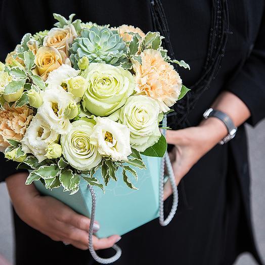 Коробка с гвоздиками и розами: букеты цветов на заказ Flowwow