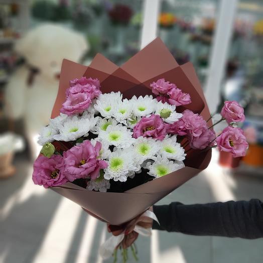 Букет с рускусом и эустомами: букеты цветов на заказ Flowwow