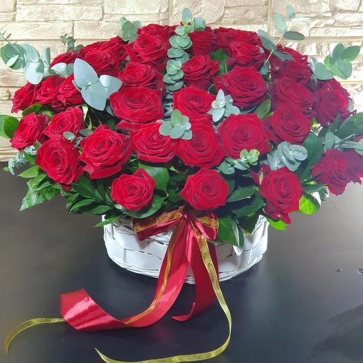 55 ароматных роз в корзине