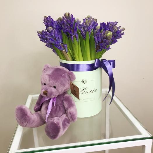 Коробка из весенних цветов гиацинты