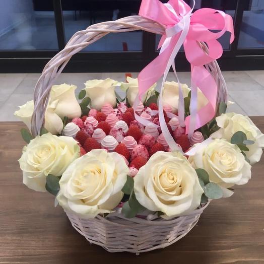 Корзина с клубникой и розами