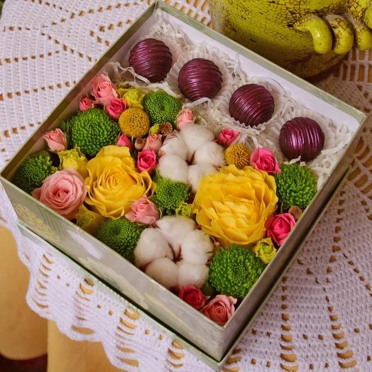 Очаровательная коробочка с цветами и конфетами Вип Кэнди